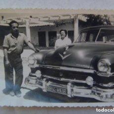 Fotografía antigua: FOTO DE PAREJA Y COCHE CHRISLER MATRICULA DE MARRUECOS . AÑOS 50.. Lote 105011339