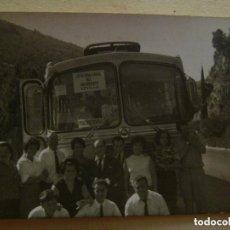 Fotografía antigua: FOTO DE GENTE CON AUTOBUS DE LA JEFATURA LOCAL DEL MOVIMIENTO DE SEVILLA. Lote 105568611