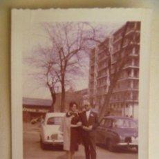 Fotografía antigua: FOTO DE PAREJA Y COCHES DE EPOCA MATRICULA DE MADRID. AÑOS 50.. Lote 105573847