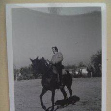 Fotografía antigua: FOTO DE CAMPERO A CABALLO, DOMA VAQUERA O SIMILAR, AL FONDO UN CORTIJO. Lote 105796587