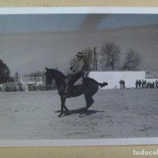 Fotografía antigua: FOTO DE CAMPERO A CABALLO, DOMA VAQUERA O SIMILAR, AL FONDO UN CORTIJO. Lote 105992339
