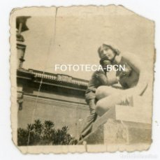 Fotografía antigua: FOTO ORIGINAL BARCELONA MONTJUIC HOMBRE SUBIDO A ESCULTURA DE JOSEP LLIMONA AÑOS 30. Lote 106184883