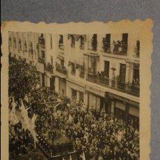 Fotografía antigua: ANTIGUA FOTOGRAFIA.PASO DE SEMANA SANTA SIN IDENTIFICAR.AÑOS 40?. Lote 106599311