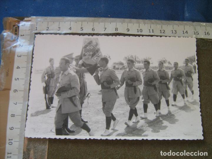 FOTOGRAFIA MILITAR - JURA DE BANDERA DE SOLDADOS DE REGULARES EN MELILLA - FECHADA EN 1954 (Fotografía Antigua - Fotomecánica)