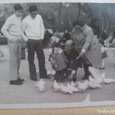 Fotografía antigua: MINUTERO FOTOGRAFO DEL PARQUE Mª LUISA SEVILLA : FAMILIA EN PLAZA DE LAS PALOMAS. 1972. Lote 107877775