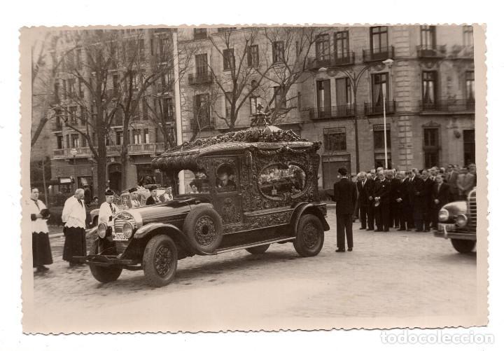 FOTOGRAFÍA REPORTAJES MARTÍN MADRID - 6 ABRIL 1955 - COCHE FÚNEBRE EN ENTIERRO - 18 X 12 CM (Fotografía Antigua - Fotomecánica)
