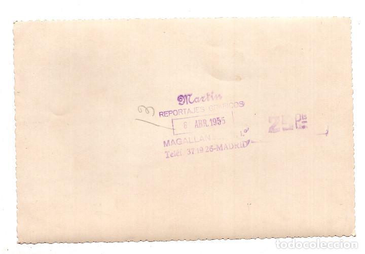Fotografía antigua: FOTOGRAFÍA REPORTAJES MARTÍN MADRID - 6 ABRIL 1955 - COCHE FÚNEBRE EN ENTIERRO - 18 X 12 CM - Foto 2 - 108056387