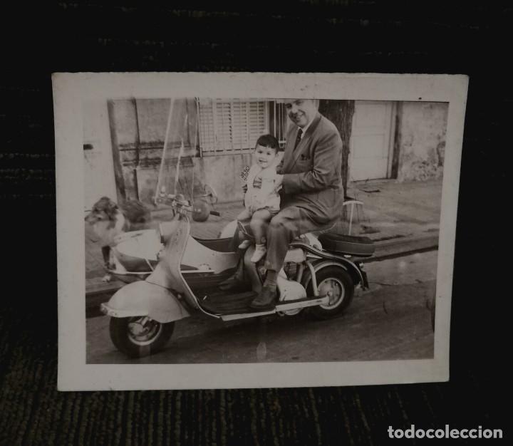 ANTIGUA FOTOGRAFÍA. MOTO VESPA O LAMBRETA CON SIDECAR. FOTO AÑOS 50/60. (Fotografía Antigua - Fotomecánica)