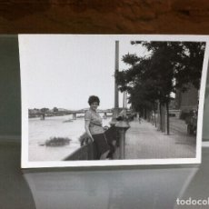 Fotografía antigua: FOTOGRAFÍA (ZARAGOZA, A ORILLAS DEL EBRO) MEDIDAS: 10,5 X 7,5CM. 1969. Lote 108842707