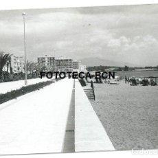 Fotografía antigua: FOTO ORIGINAL ESTEPONA PASEO MARITIMO AÑOS 60. Lote 109312535