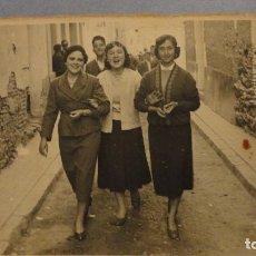 Fotografía antigua: ANTIGUA FOTOGRAFIA.CHICAS POR LA CALLE.FOTO IBERICA.CALATAYUD. 1957. Lote 109314703