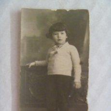 Fotografía antigua: PEQUEÑA FOTO DE ESTUDIO DE NIÑA VESTIDA DE NIÑO. PRINCIPIOS DE SIGLO.. Lote 109322215