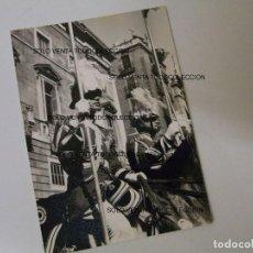 Fotografía antigua: GUARDIA URBANA POLICÍA A CABALLO PLAÇA SANT JAUME BARCELONA FOTO ANTIGUA ORIGINAL. Lote 109323731