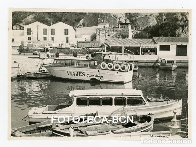 FOTO ORIGINAL PUERTO DE LA COSTA BRAVA BARCAS PESCADORES EMBARCACION TURISTICA AÑO 1960 (Fotografía Antigua - Fotomecánica)