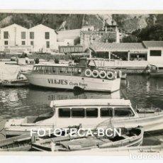 Fotografía antigua: FOTO ORIGINAL PUERTO DE LA COSTA BRAVA BARCAS PESCADORES EMBARCACION TURISTICA AÑO 1960. Lote 109464179