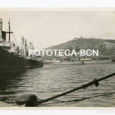 Fotografía antigua: FOTO ORIGINAL PUERTO BARCELONA BARCO DE GUERRA BUQUE MERCANTE GOLONDRINA MONTJUIC AÑO 1960. Lote 109464735