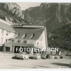 Fotografía antigua: FOTO ORIGINAL HOTEL ORDESA TORLA COCHE SEAT RENAULT AÑO 1965. Lote 109804015