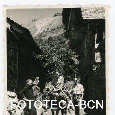 Fotografía antigua: FOTO ORIGINAL TAHULL VALL BOI TRANSPORTE TIPICO AÑO 1956. Lote 109820271