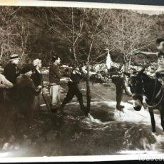 Fotografía antigua: ANTIGUA FOTO DE CAZA CON CAZADORES, MUY ANIMADA - ZONA SIERRA MORENA - AÑOS 20-30. Lote 110017391