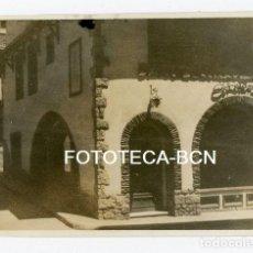 Fotografía antigua: FOTO ORIGINAL PUIGCERDA CALLE ESPAÑA ZAPATERIA CERETANIA COMERCIO DE LA EPOCA AÑO 1957. Lote 110192907