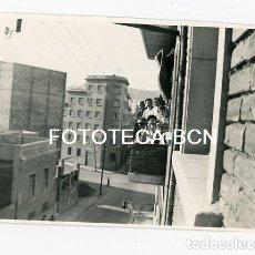Fotografía antigua: FOTO ORIGINAL BARCELONA CALLE AMILCAR CON CARTELLA DISTRITO NOU BARRIS AÑOS 50. Lote 110193355