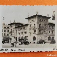 Photographie ancienne: ANTIGUA FOTOGRAFÍA. CASA CORREOS. VITORIA. ÁLAVA. FOTO AÑOS 50.. Lote 118766476