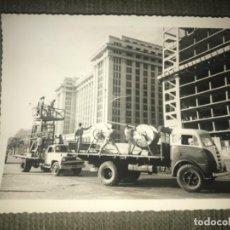 Fotografía antigua: ANTIGUA FOTOGRAFÍA CAMIONES CONSTRUCCIÓN AÑOS 40-50. Lote 110305095