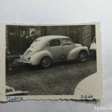Fotografía antigua: ANTIGUA FOTOGRAFÍA. COCHE RENAULT 4CV 4/4. FOTO AÑOS 60.. Lote 115440083