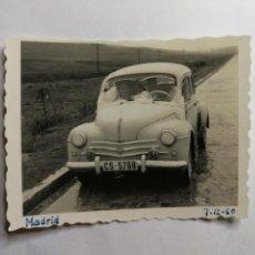 Fotografía antigua: ANTIGUA FOTOGRAFÍA. RENAULT 4CV 4/4. FOTO AÑOS 60.. Lote 115440199