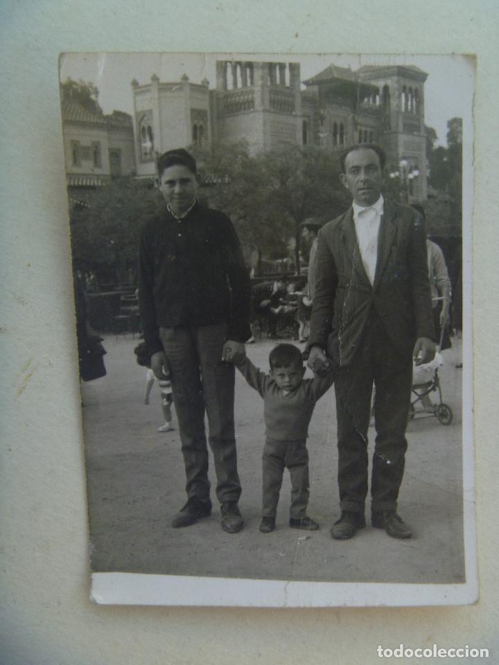 MINUTERO FOTOGRAFO AMBULANTE , PARQUE Mª LUISA SEVILLA : FAMILIA EN PLAZA DE LAS PALOMAS. 1964 (Fotografía Antigua - Fotomecánica)