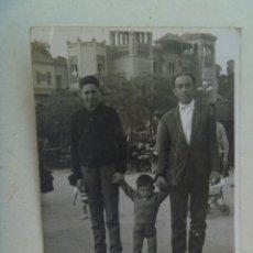Fotografía antigua - MINUTERO FOTOGRAFO AMBULANTE , PARQUE Mª LUISA SEVILLA : FAMILIA EN PLAZA DE LAS PALOMAS. 1964 - 111067919