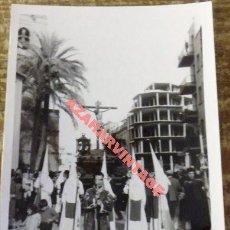 Fotografía antigua: SEMANA SANTA SEVILLA, ANTIGUA FOTOGRAFIA, COFRADIA DE LOS NEGRITOS,75X105MM. Lote 111368335