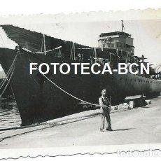 Fotografía antigua: FOTO ORIGINAL SOLDADO HACIENDO GUARDIA FRENTE A BARCO DE GUERRA MARINA ESPAÑOLA AÑOS 40. Lote 111373091