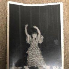 Fotografía antigua: ANTIGUA FOTOGRAFÍA NIÑA BAILANDO FLAMENCO AÑOS 50. Lote 111504855