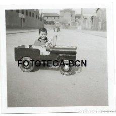 Fotografía antigua: FOTO ORIGINAL NIÑO CON COCHE JEEP INFANTIL A PEDALES AÑO 1955. Lote 112007003
