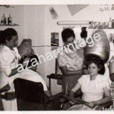 Fotografía antigua: ANTIGUA FOTOGRAFIA DE UNA PELUQUERIA DE SEÑORA, 14X9 CMS. Lote 112047715