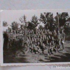 Fotografía antigua: FOTO DE LA MILI : SOLDADOS CON ROPA DE FAENA . AÑOS 40. Lote 112143811