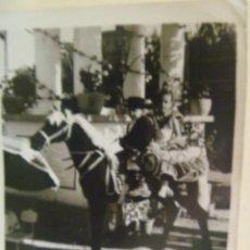Fotografía antigua: MINUTERO DE FOTOGRAFO DE FERIA : NIÑA VESTIDA DE FLAMENCA Y NIÑO DE CAMPERO EN CABALLITO. Lote 171891334