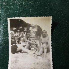 Fotografía antigua: ANTIGUA FOTOGRAFÍA. SAN SEBASTIÁN. BAÑISTAS. PLAYA DE ONDARRETA. FOTO AÑOS 40/50.. Lote 112381791