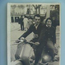 Fotografía antigua: FOTO DE PAREJA EN UNA MOTO VESPA MATRICULA DE SEVILLA.. Lote 112738123