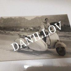 Moto Vespa Scooter con sidecar en Montaña de Montserrat Foto antigua original