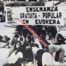 Fotografía antigua: PAMPLONA, 1979, REIVINDICACIONES PARA LA ENSEÑANZA DEL EUSKERA, 24X18 CMS. Lote 113091499