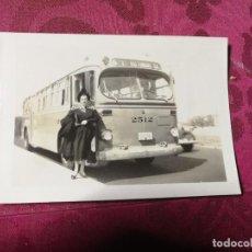 Fotografía antigua: ANTIGUA FOTOGRAFÍA. AUTOBÚS. FOTO AÑOS 40.. Lote 113119807