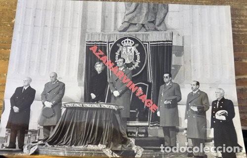 EL VALLE DE LOS CAIDOS, 1976, LOS REYES PRESIDIENDO EL FUNERAL POR FRANCO, 178X128MM (Fotografía Antigua - Fotomecánica)