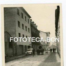 Fotografía antigua: FOTO ORIGINAL PUIGCERDA AV PONS I GASCH COCHE SEAT 1400 COMERCIAL CAMION PEGASO AÑOS 60 . Lote 113574195