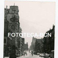 Fotografía antigua: FOTO ORIGINAL VIGO CALLE DE LA LOCALIDAD TRAFICO TRANVIA COCHE AÑOS 60. Lote 113705271