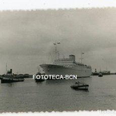 Fotografía antigua: FOTO ORIGINAL PUERTO DE BARCELONA BARCO DE PASAJEROS REMOLCADORES AÑOS 60. Lote 113708203