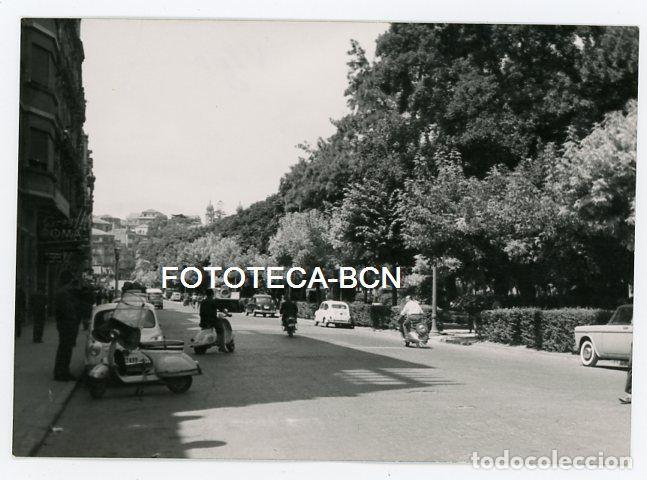 FOTO ORIGINAL VIGO CALLE DE LA LOCALIDAD TRAFICO COCHE SEAT MOTO VESPA AÑOS 60 (Fotografía Antigua - Fotomecánica)