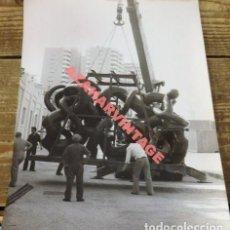Fotografía antigua: MALAGA, 1977, MONTAJE DEL MONUMENTO A PICASSO, 240X180MM. Lote 113772395