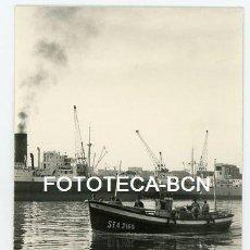 Fotografía antigua: FOTO ORIGINAL PUERTO DE SANTANDER BARCA DE PESCADORES AÑOS 60. Lote 113776575